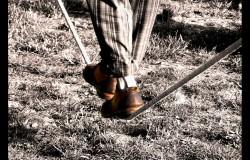 Funambolo che cammina sulla corda
